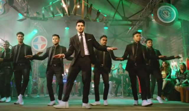27d622707fb3 GF BF Video Song: Sooraj Pancholi's Dance Moves with 13.13 crew